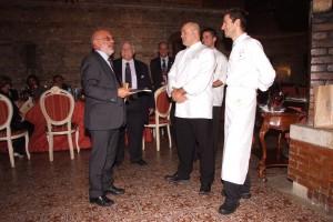 Il Presidente Bravetti consegna la cravatta ed il libro a Gerosa
