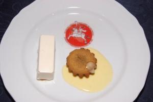 Terrina di cioccolato bianco al profumo di cardamono su composta di melone e Totino caldo al pistacchio con salsa di vaniglia